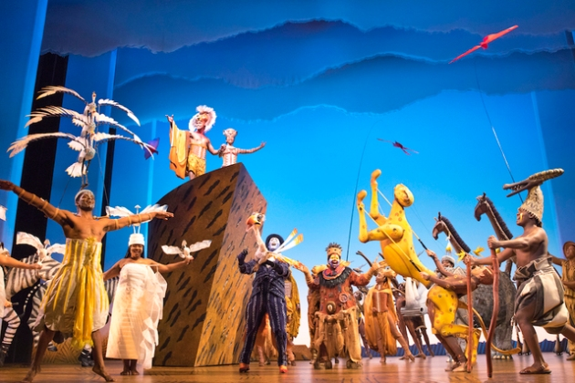 Circle_of_Life_-_THE_LION_KING_-_Company_of_the_International_Tour_-_Photo_by_Matthew_Murphy__Disney_AC646EBFD47D4F5DBC2FC224BFE5398E